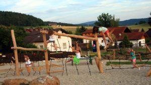 boehmerwald-familienhotel-bayerischer-wald-kinderurlaub-guenstig-spielplatz-1200