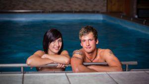 boehmerwald-wellnesshotel-bayern-hallenbad-romantikurlaub-schwimmbad-paar-1200