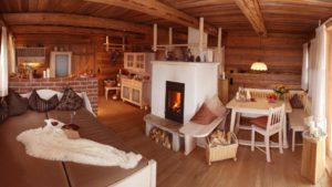 hüttenhof-almdorf-bayern-luxuschalets-kachelofen-wohnbereich-1100