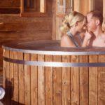 huettenhof-almdorf-wellnessurlaub-luxuschalets-whirlpool-fuer-zwei-romantikreisen-1100