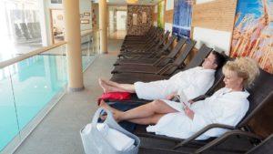 obermueller-wellnesshotel-4-sterne-bayerischer-wald-schwimmbad-liegen