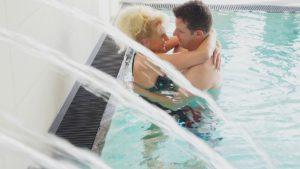 obermueller-wellnesshotel-bayern-swimming-pool-paar-hallenbad
