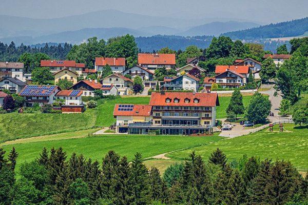 obermueller wellnesshotel mit schwimmbad hallenbad bayerischer wald landschaft 1200