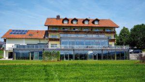 obermueller-wellnesshotel-mit-schwimmbad-niederbayern-passau-aussenansicht-1100