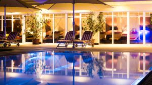 oswald-wellnesshotel-bayern-aussenpool-romantikurlaub-swimming-pool-1100