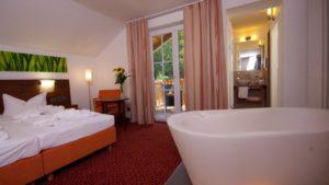 reibener-hof-zimmer-wellness-sparesort-niederbayern-bett-badewanne-1100