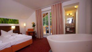 reibenerhof-wellnesshotel-4-sterne-zimmer-niederbayern-badewanne-private-spa-1100